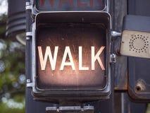 步行-不在土尔沙走老红绿灯街市-土尔沙-俄克拉何马- 2017年10月17日 免版税图库摄影
