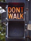 步行-不在土尔沙走老红绿灯街市-土尔沙-俄克拉何马- 2017年10月17日 免版税库存图片