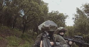 武器以色列特攻队士兵小队的GoPro POV英尺长度在作战期间的 股票录像