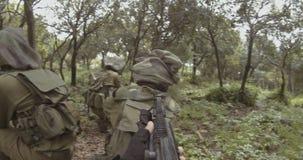 武器以色列特攻队士兵小队的GoPro POV英尺长度在作战期间的 影视素材