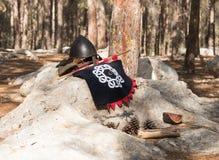 武器和旗子在`北欧海盗村庄`阵营的一个岩石说谎在森林里在本Shemen附近在以色列 免版税图库摄影