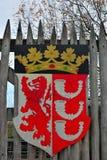 武器盾,中世纪村庄的入口 库存照片