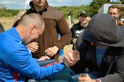 武器角力的竞争运动员 库存图片