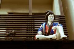 武士的雕塑坐屋顶在东京,日本 免版税图库摄影