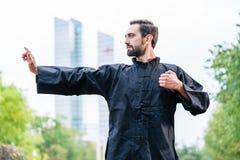 武术运动员实践的空手道在城市 免版税库存图片