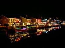 武汉东湖用圣诞灯装饰的村庄家在约巴林达加利福尼亚 免版税库存照片