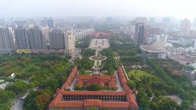 武汉,中国- 2017年5月:天时间著名武汉市博物馆革命正方形公园天线全景 股票录像