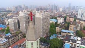 武汉,中国- 2017年5月2日:教堂的空中寄生虫视图在市中心天 影视素材
