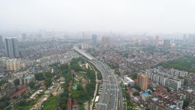 武汉,中国- 2017年5月2日:空中寄生虫录影,有通信流的红色吊桥  股票录像