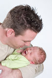 武装哭泣的婴孩他新出生的爸爸 库存图片