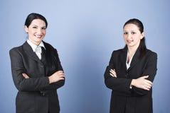 武装商业被折叠的愉快的妇女 免版税库存照片