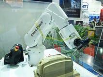 武装在Asiean metallex 2014年bitec bangna,曼谷的机器人钻床 免版税库存照片
