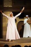 武装开罗舞蹈演员被上升的长袍sufi白色 库存图片