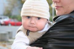 武装男婴母亲s 免版税图库摄影