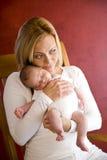 武装男婴藏品母亲新出生的年轻人 免版税图库摄影
