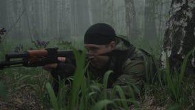 武装的军人在森林里 股票视频