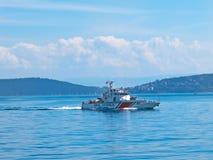 武装的海岸警卫小船 免版税库存图片