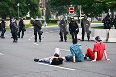 武装的男孩g20 g8 infront警察抗议 免版税库存图片