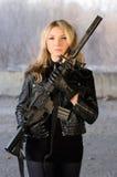 武装的美丽的少妇 库存图片