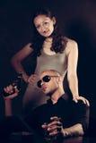 武装的黑手党上司和他的夫人在一个暗室 免版税库存照片