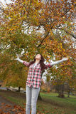 武装秋天突出女孩的公园少年 免版税库存图片