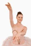 武装芭蕾舞女演员被延伸她微笑 免版税库存图片