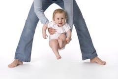 武装babyswinging的母亲 库存照片