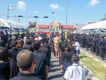 武里喃府,泰国- 2017年10月26日:送葬者作为a的位置花 免版税图库摄影