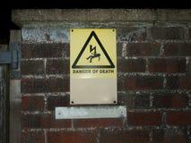 死亡警报信号墙壁的外部黄色危险 免版税库存照片