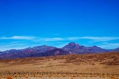 死亡谷国家公园不同的层数有五颜六色的山和沙丘的,美国 免版税库存图片