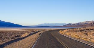 死亡谷国家公园-沙漠路 免版税图库摄影