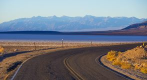 死亡谷国家公园-沙漠路 库存图片