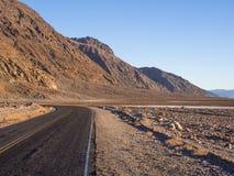 死亡谷国家公园-沙漠路 免版税库存照片