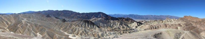 死亡谷巨大风景的全景照片有剧烈的多云天空的 沙漠 美国,加利福尼亚 库存图片