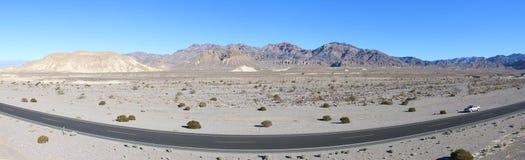 死亡谷巨大风景的全景照片有剧烈的多云天空的 沙漠 美国,加利福尼亚 免版税库存图片