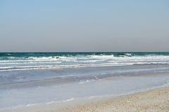 死海在多云天气的晚上 库存照片