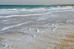 死海在多云天气的晚上 库存图片