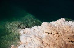 死海在约旦 死海和盐的美好的颜色 免版税库存照片