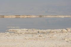 死海海岸线的风景视图 免版税库存图片