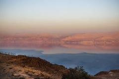 死海的看法和在日落的约旦山 免版税图库摄影