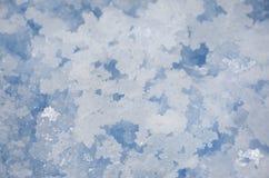 死海盐水晶特写镜头 蓝色自然本底顶视图 免版税库存照片