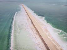 死海表面上的路 死海的南部的部分,被划分成萃取物矿物的水池 岸被盖 免版税图库摄影