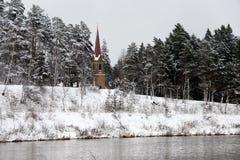 残暴的人河在冬天 免版税库存图片