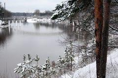 残暴的人河在冬天 库存照片