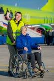 残疾人在轮椅坐 图库摄影