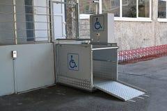 残疾人垂直的街道的电梯在对大厦的一个入口 图库摄影