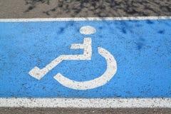 残疾人的标志停车位 库存图片