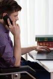 残疾人谈话在电话 免版税图库摄影
