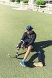 残疾人运动员准备好训练与腿假肢 免版税库存照片