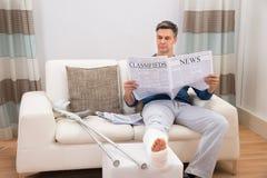 残疾人读书报纸 免版税库存照片